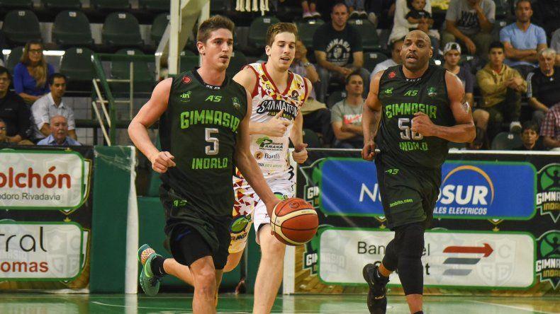 Nicolás de los Santos se lleva el balón en el partido que Gimnasia Indalo le ganó en el Socios a San Martín.