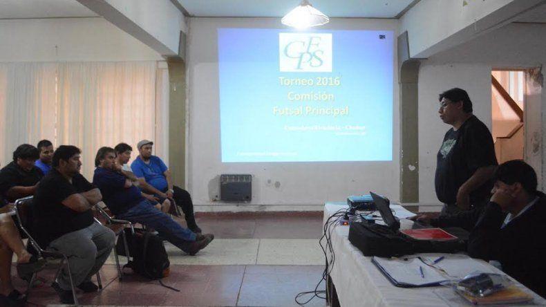 Gustavo Camino explica a los delegados de los equipos del fútbol de salón los cambios para la temporada 2016 que se iniciará dentro de tres semanas.