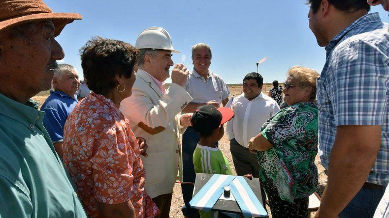 El gobernador Mario Das Neves fue declarado ciudadano ilustre de Paso de Indios donde ayer inauguró una obra de gas.