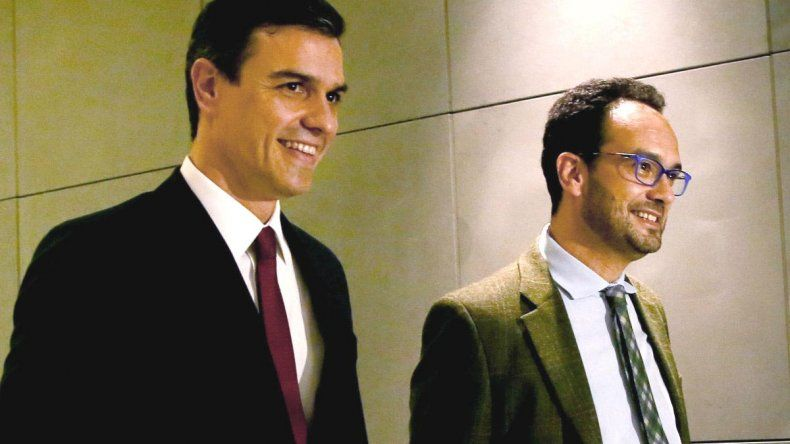 Pedro Sánchez y Antonio Hernando a la salida de una de las reuniones.