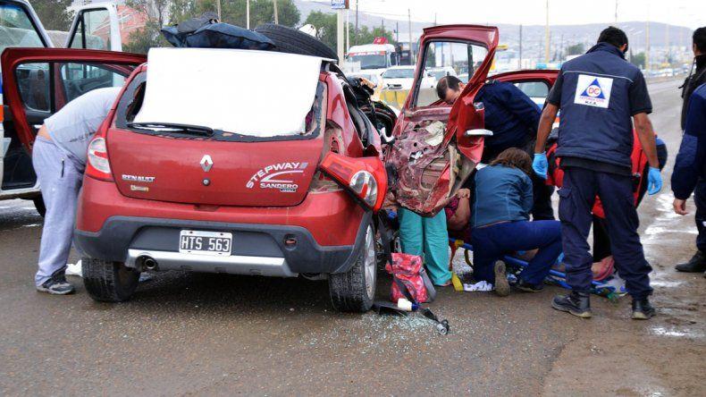 La Renault Sandero Stepway quedó destrozada luego de ser impactada por una Toyota Hilux ayer por la tarde sobre Hipólito Yrigoyen.
