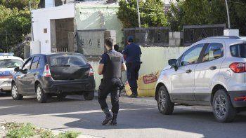 La Brigada de Investigaciones encontró prendas de vestir y una mochila en uno de los allanamientos por la causa del joven apuñalado en Castelli.
