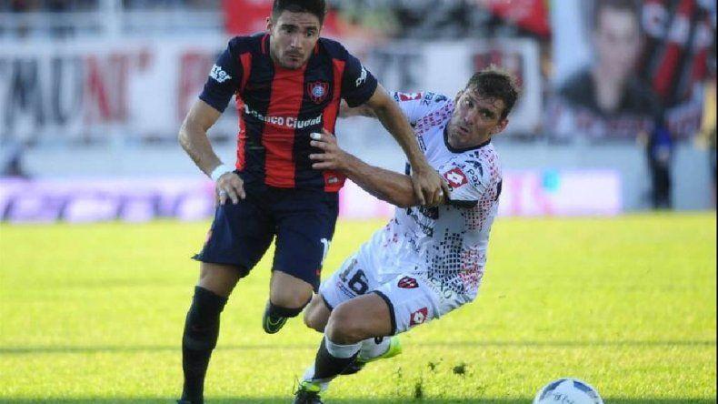 Ezequiel Cerutti intenta un avance en el partido que Patronato y San Lorenzo empataron 2-2 ayer en Paraná.