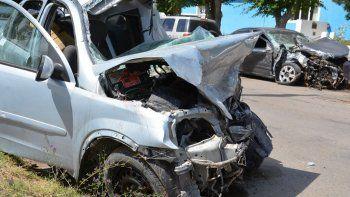 Los dos autos quedaron seriamente destruidos. En primer plano se observa el Corsa que guiaba el remisero de Pico Truncado.