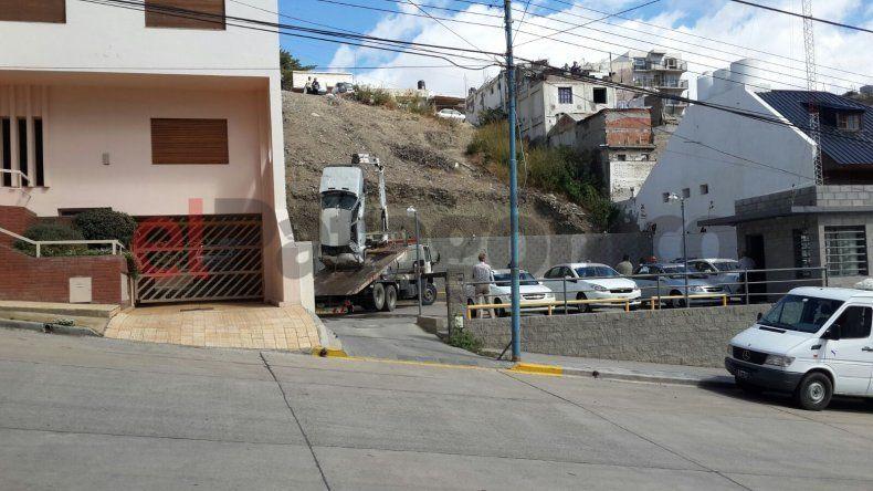 Un auto cayó más de 40 metros e impactó contra un paredón