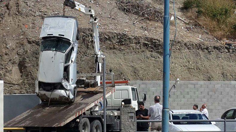 El Renault 9 cayó e impactó de lleno con uno de los paredones de la agencia de remises Comodoro.