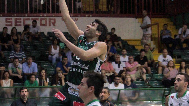 Luciano González convierte de dos puntos en el triunfo de Atenas sobre Gimnasia Indalo.