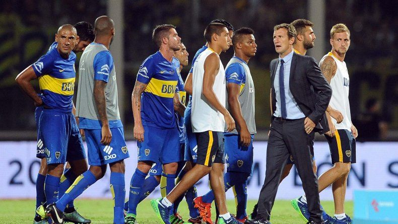Rodolfo Arruabarrena se retira con sus jugadores del Mario Kempes luego de ser vapuleados por San Lorenzo.