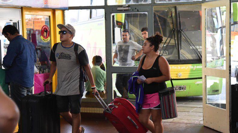 Las empresas suspendieron las salidas de larga distancia desde la Terminal de Omnibus de Comodoro hacia Santa Cruz por el corte de ruta de Austral Construcciones.