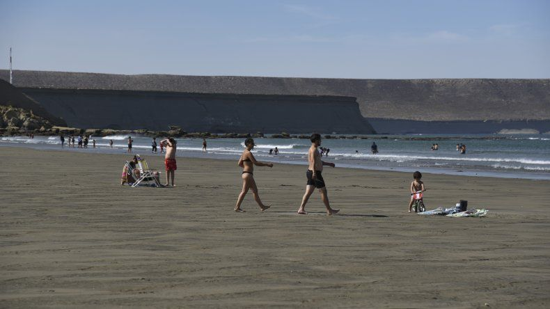 En Comodoro se disfruta del verano en las playas. Foto: Mario Molaroni / El Patagónico.