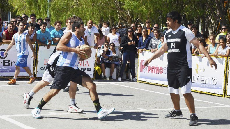 César Maurino ataca al canasto en la anterior edición del Streetball en Rada Tilly.