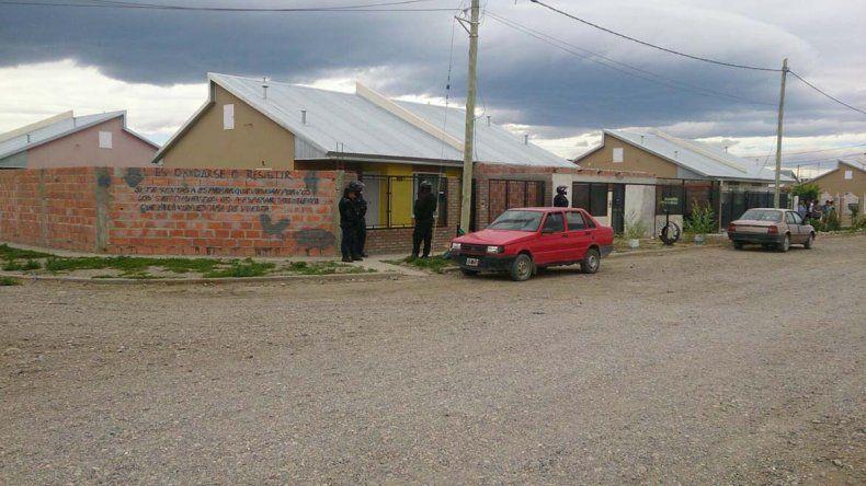 El allanamiento efectuado ayer a la tarde por la policía en Sarmiento.