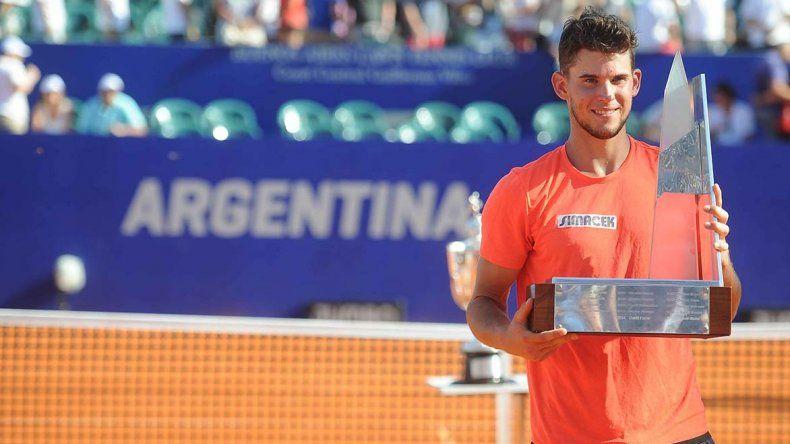El austríaco Dominic Thiem con el trofeo de campeón del Argentina Open.