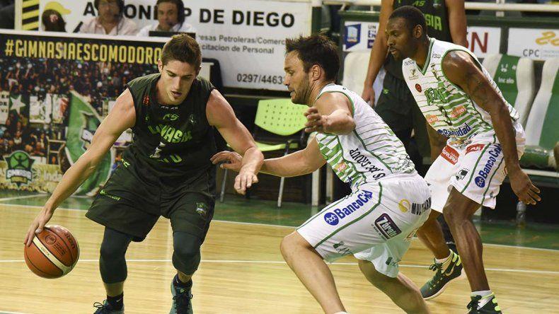 Nicolás de los Santos con el balón marcado por Bruno Lábaque en el partido jugado anoche en el Socios Fundadores.
