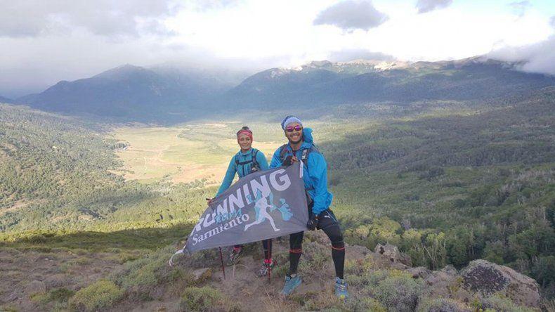 Germán López y Karina Aguirre junto a la bandera del Team Sarmiento.