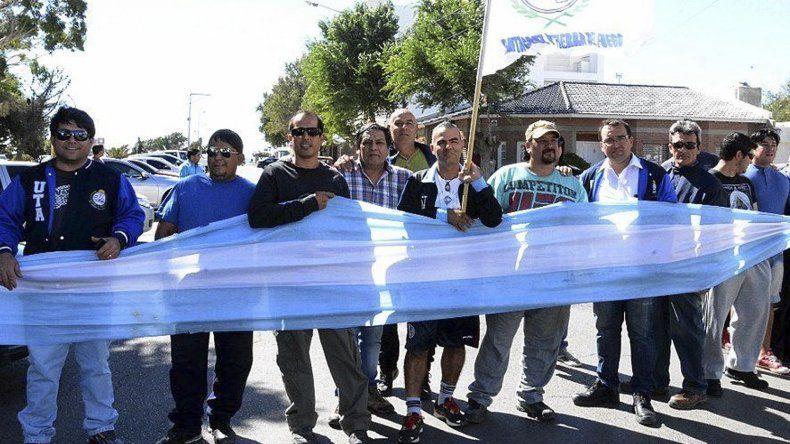 Los choferes y otros trabajadores de Autobuses se manifestaron ayer frente a los edificios de la corporación municipal reclamando el pago de salarios y la continuidad laboral.