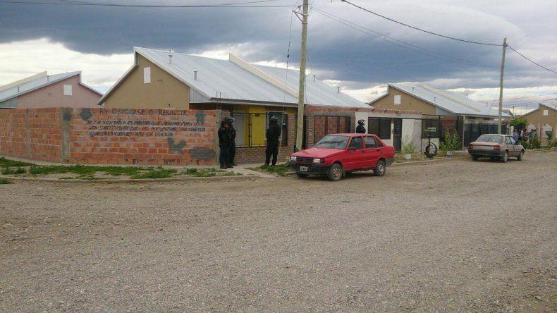 En esta vivienda se realizó uno de los allanamientos que permitió detener a los jóvenes delincuentes.