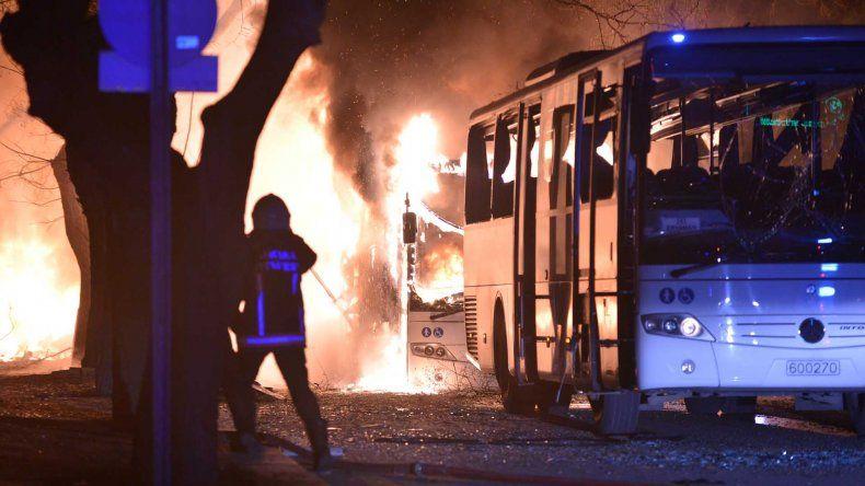Explosión de coche bomba deja saldo de varios muertos y heridos.