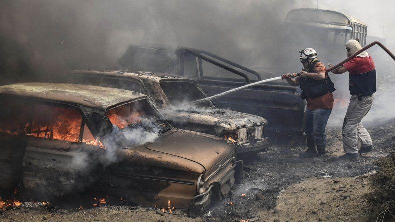 Bomberos atacaron el fuego que consumió fardos de papeles acumulados junto a una casilla fue funciona como oficina de la Planta de Tratamiento de Residuos.