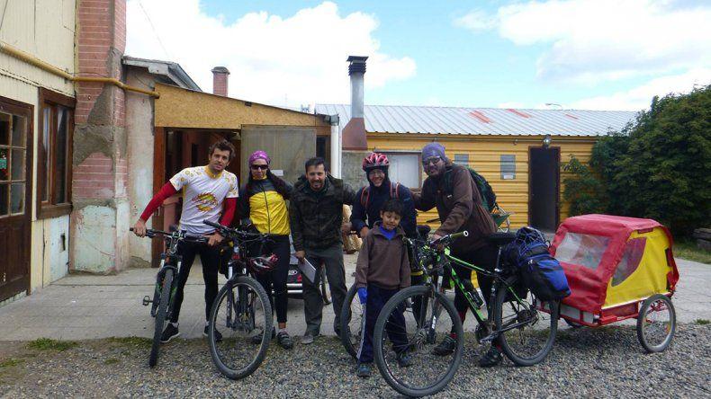 La familia Reyes-Chodil junto a Lucas Miller saliendo del hostal de Río Grande