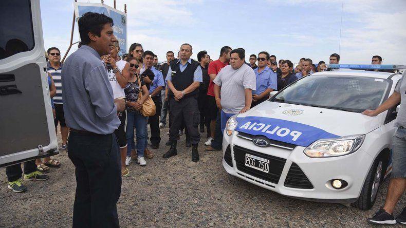 El cuerpo de Simón Saiegg fue despedido ayer de Comodoro Rivadavia por casi un centenar de sus compañeros de la Policía del Chubut. Un sacerdote ofició un responso en el lugar.