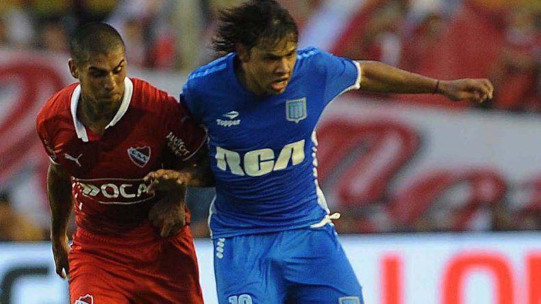 Oscar Romero se lleva el balón marcado por Jesús Méndez en el clásico de Avellaneda jugado ayer en el Libertadores de América.