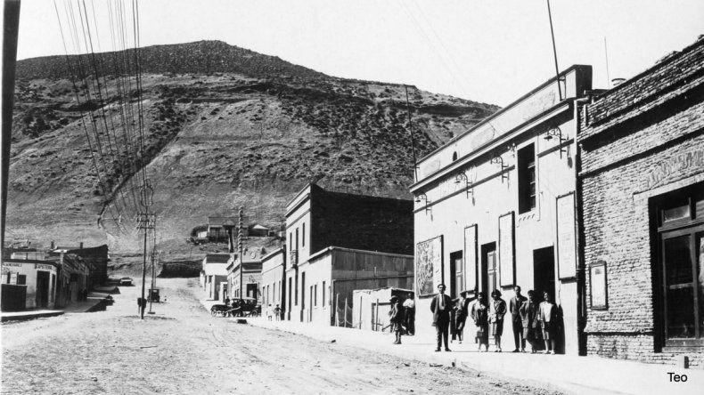 Las primeras casas del pueblo y el Cerro Chenque de fondo.