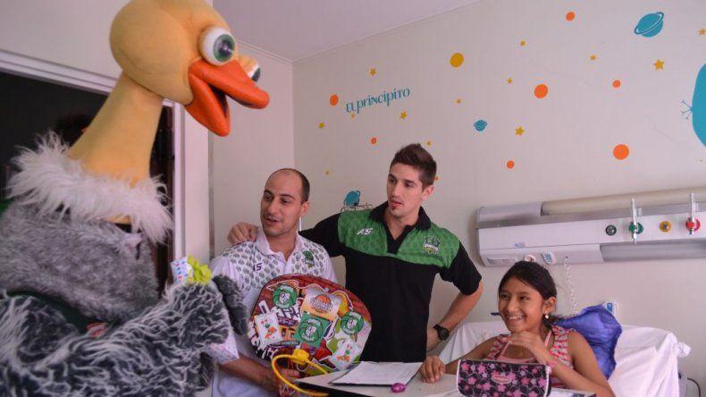 El plantel de Gimnasia Indalo visitó la pediatría del Hospital Regional