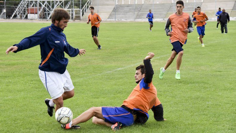 Franco Prieto y Jonathan Morales disputan la pelota. Los entrenamientos son el lugar donde se gana la titularidad.