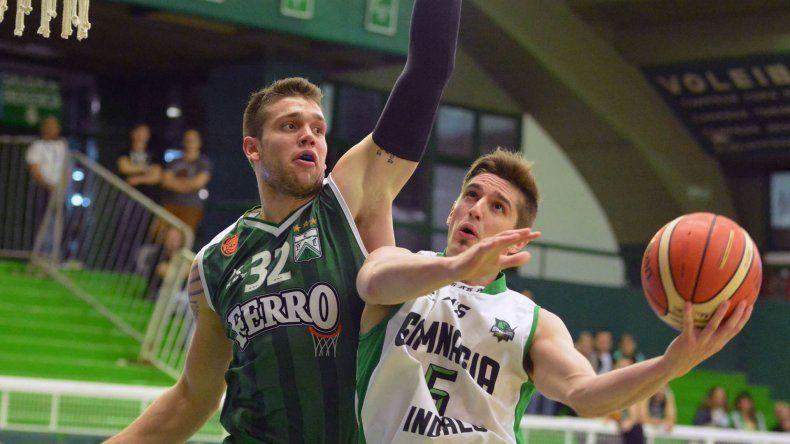 Nicolás de los Santos busca convertir de dos puntos mientras Lisandro Rasio intenta meterle una tapa.