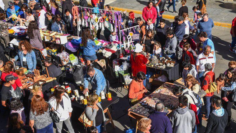 La familia en su conjunto aprovechó del centro comercial a cielo abierto que la Cámara de Comercio habilitó en la San Martín.