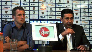 Rodolfo Arruabarrena junto a Daniel Angelici durante la conferencia de prensa que brindaron ayer.