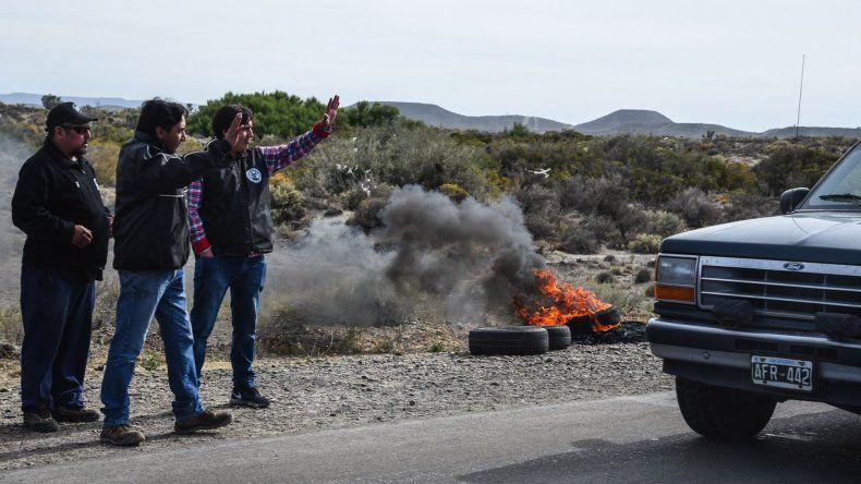Ayer por la mañana los trabajadores despedidos de CRI Holding se manifestaron en la ruta 1 pidiendo una solución a su situación laboral.