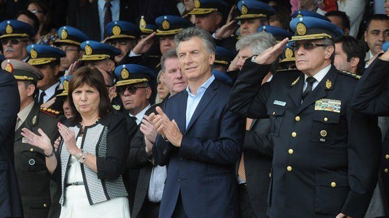 Mauricio Macri en un acto con policías junto a la ministro Patricia Bullrich.