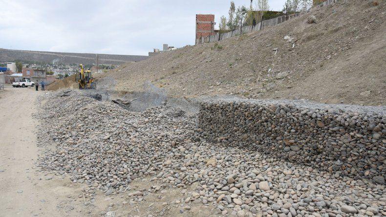 Los habitantes de la calle Código 831 denuncian que la obra del muro de contención está mal hecha y suprime tres metros del ancho de la calle donde viven.