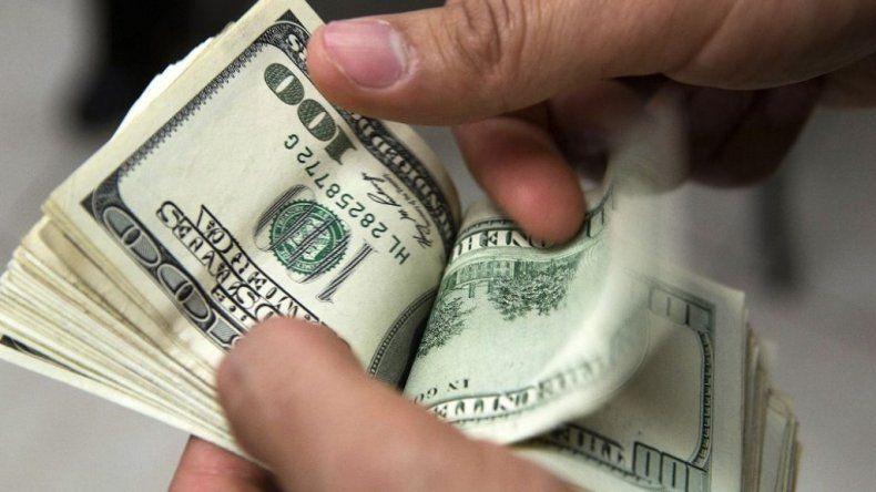 El dólar baja a $ 14,62