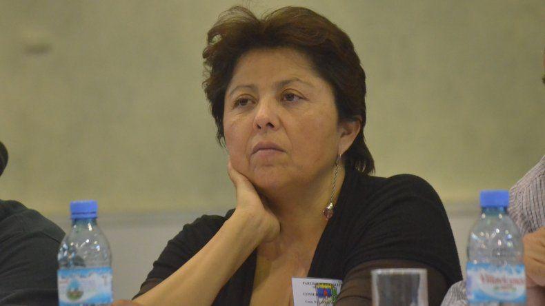 Viviana Navarro puse un cartel pidiendo por el aeropuerto de Comodoro