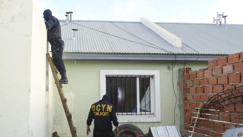 Efectivos de la División Delitos Complejos y Narcotráfico ejecutaron uno de los allanamientos en una vivienda de la calle Pozo O12.