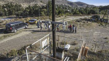 Mario Quinteros mostró el lugar donde su nieto sufrió una descarga eléctrica de un transformador de una locación petrolera que estaría abandonada.