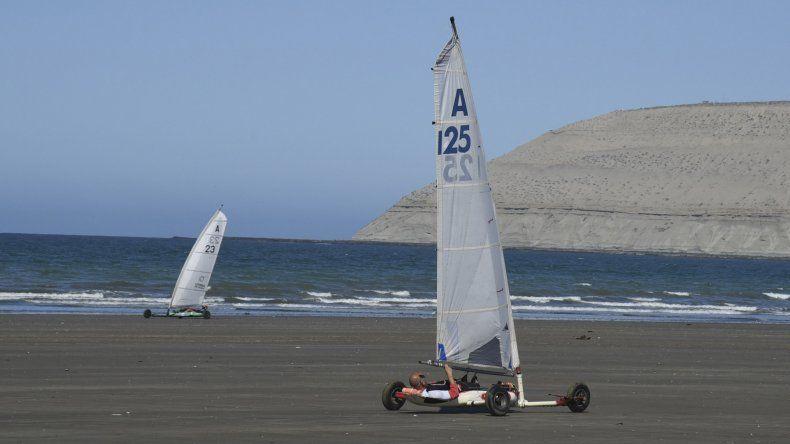 El carrovelismo inició ayer su actividad en la arena de Rada Tilly con un aceptable viento.