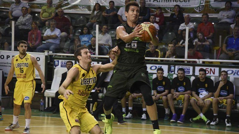 Leonel Schattmann intenta de dos puntos marcado por Marcos Saglieti en el partido jugado anoche entre Gimnasia Indalo y Libertad.