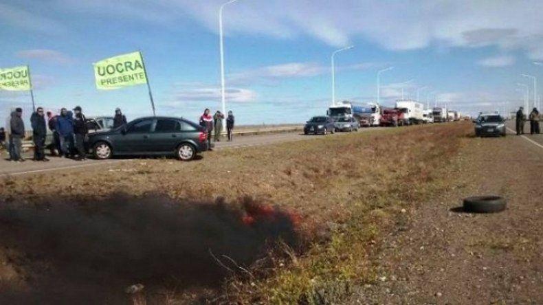 Cortes de rutas en Santa Cruz: dejan pasar cada 6 horas