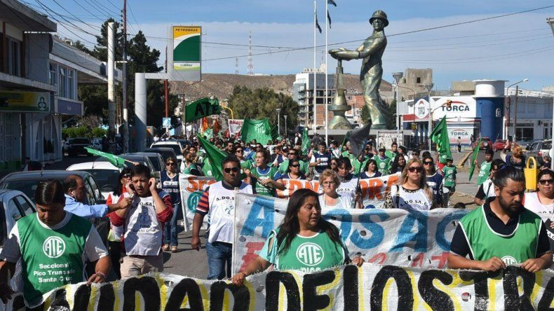 Medio millar de personas marcharon ayer exigiendo