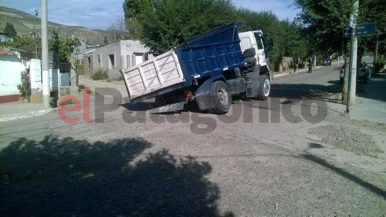 Nuevamente un camión es atrapado por el pluvial de Laprida