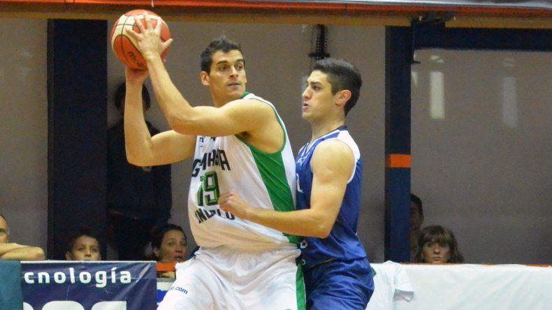 Leonardo Mainoldi con el balón marcado por Emiliano Basabe en un duelo jugado en Junín.