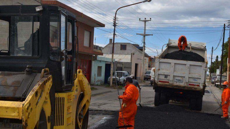 El plan de bacheo y repavimentación de calles céntricas de Caleta Olivia se extenderá por varios meses.