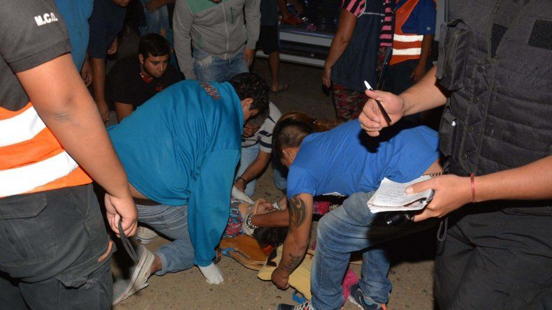Manejaba ebria, chocó montículo de tierra, aplastó auto, volcó y embistió a peatones