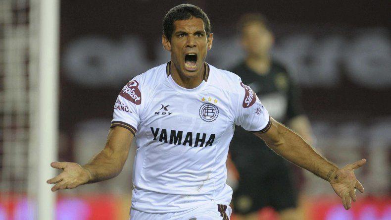 José Sand festeja el segundo gol granate anoche en su cancha ante Boca.