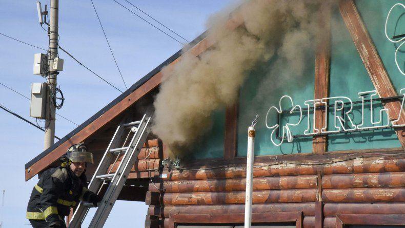 Los bomberos colocaron una escalera y perforaron un orificio en una ventana superior para atacar desde allí el fuego. Tres minutos después se registró una suerte de explosión con llamaradas.