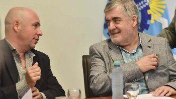 El gobernador al participar ayer de una licitación de viviendas para Puerto Madryn.